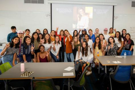 Kendra Scott poses with students in the Women in Entrepreneurship class.